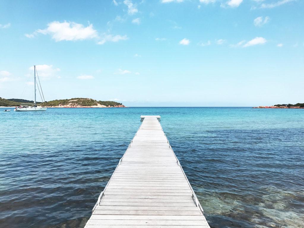 Ponton sur la plage de Rondinara en Corse, top 10 des plus belles plages d'Europe