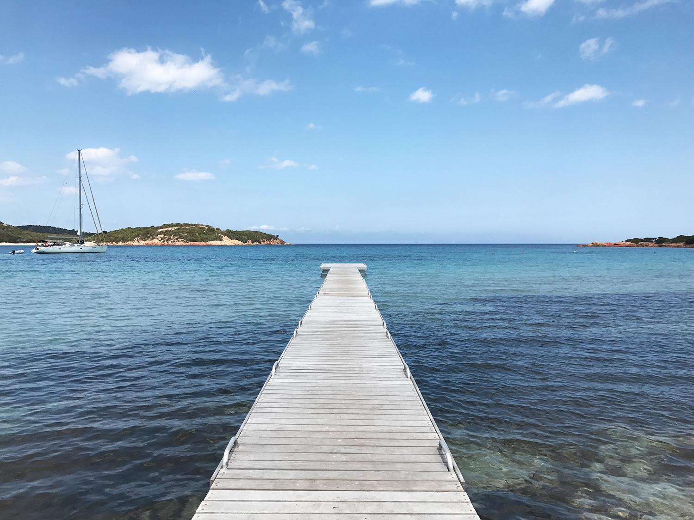 Ponton sur la plage de Rondinara en Corse