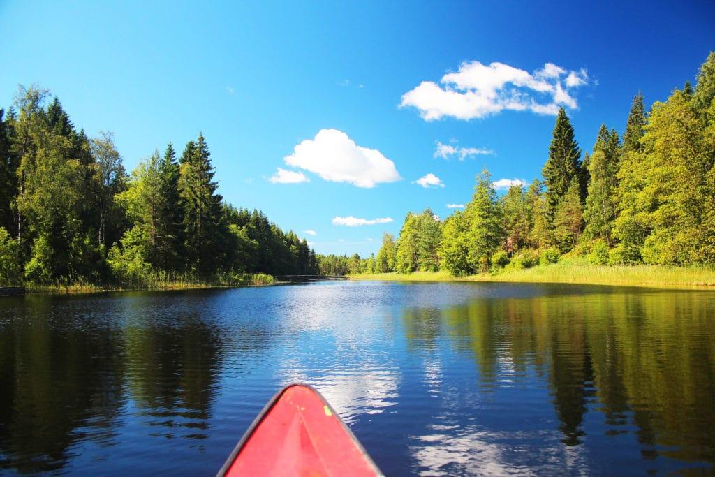 Faire du canoe sur un lac en Suède en été - Norvege Suede ou Finlande