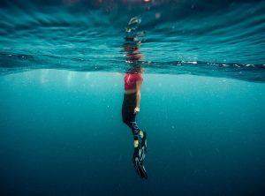 plongée femme palmes mer